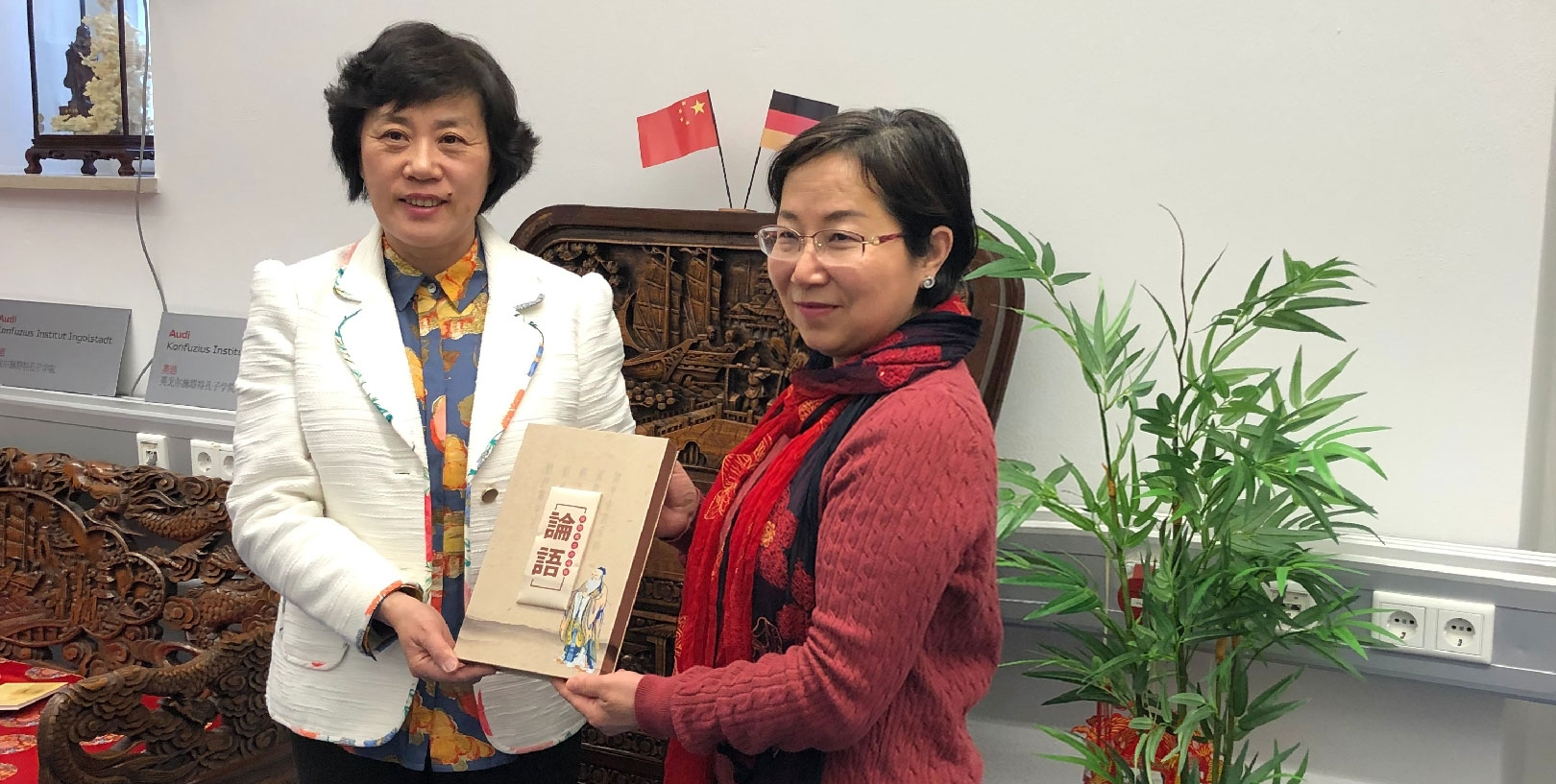 Ms-ZHANG-Xiaomei-left-head-of-the-delegation-presents-a-satin-book-of-Analect-by-Confucius-to-AKII